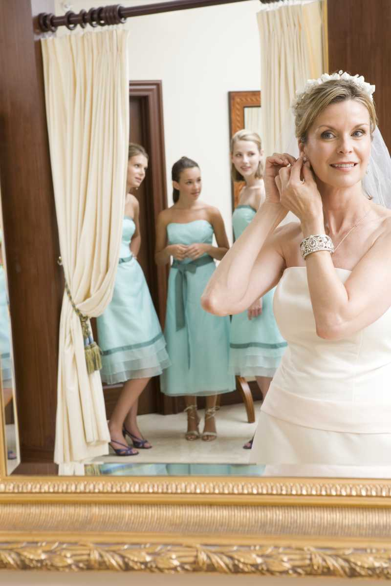 新娘在佩戴耳环