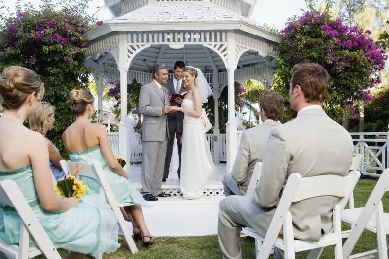 婚礼中正在宣誓的中年夫妇