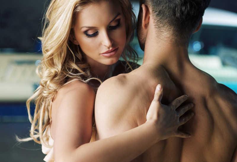 拥抱的裸体情侣写真