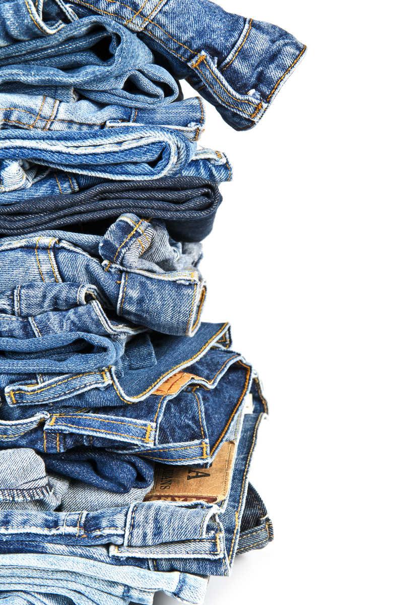 白色的旧牛仔裤叠在一起