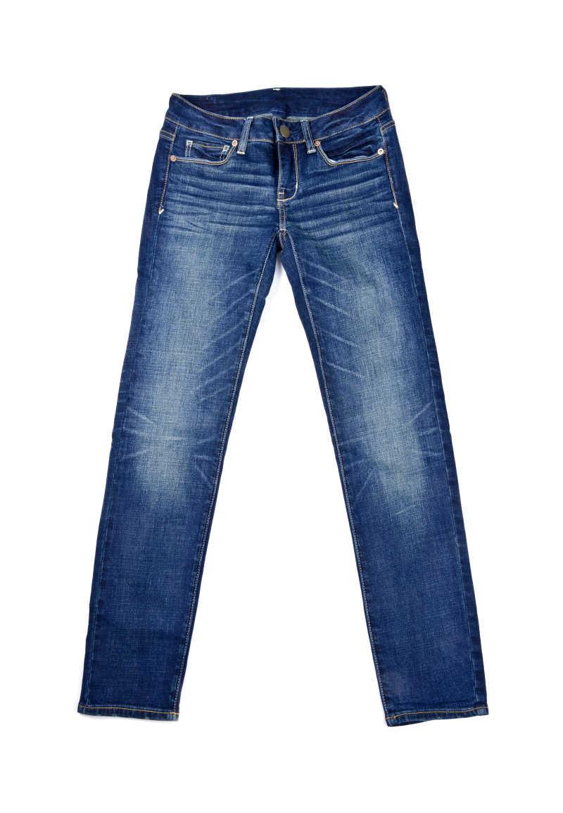白色下的一条牛仔裤
