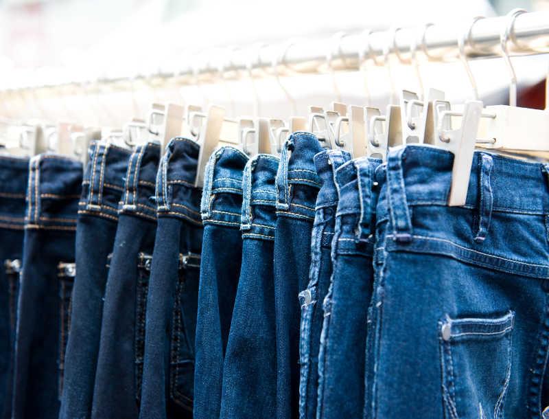 商店里挂着一排蓝色牛仔裤