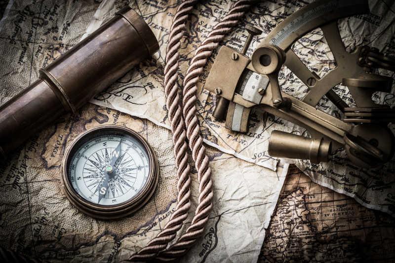 老式地图与指南针与望远镜