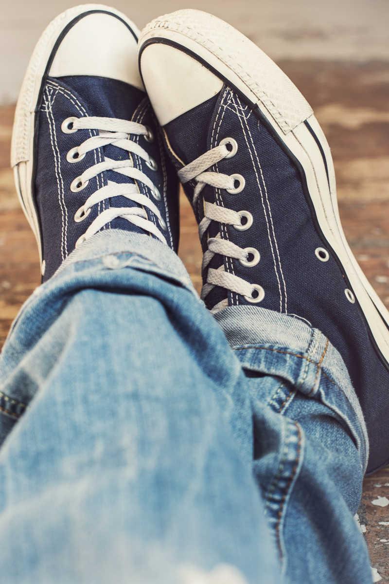 牛仔裤搭配帆布鞋