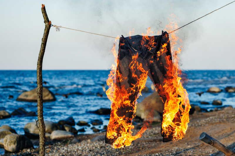 海边绳索上燃烧的裤子