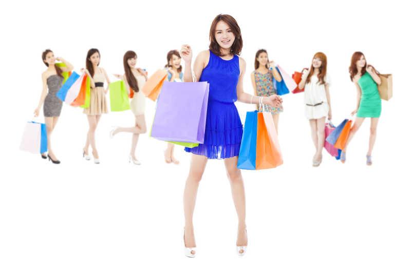 白色背景下的快乐购物妇女们