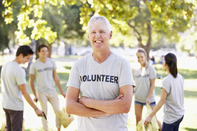 志愿小组清理公园垃圾