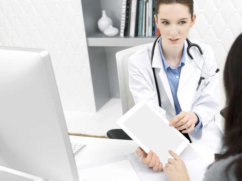 欧美病人和大夫16p_女医生使用平板给患者讲解图片-医生使用平板给患者讲解素材 ...