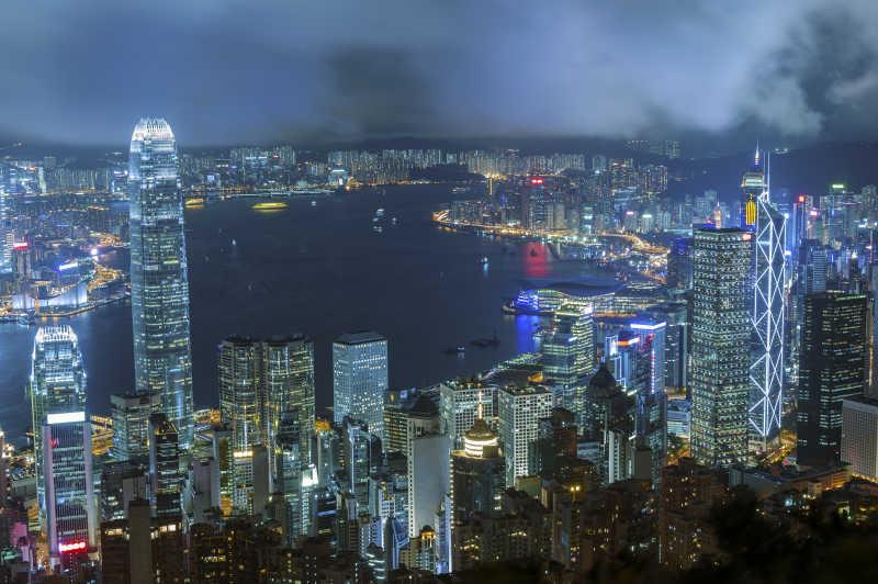 夜色笼罩的香港维多利亚港