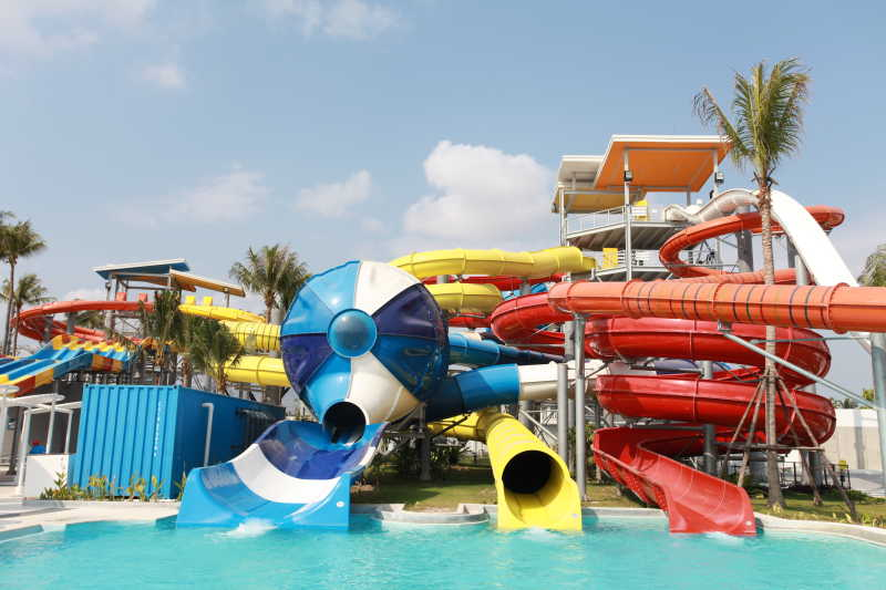 美女 水滑梯_水上公园的水上滑梯图片素材-室内水上公园的水上滑梯创意图片 ...