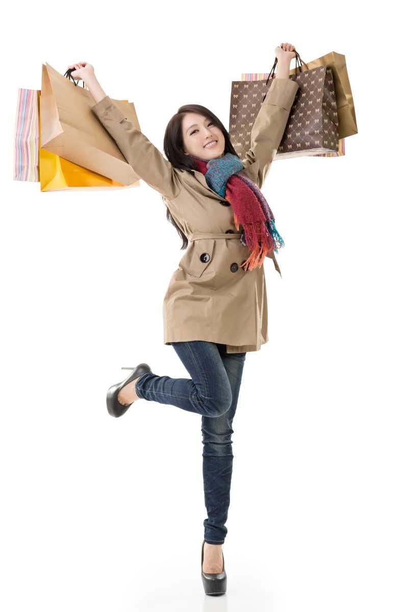 提着购物袋兴奋的女人