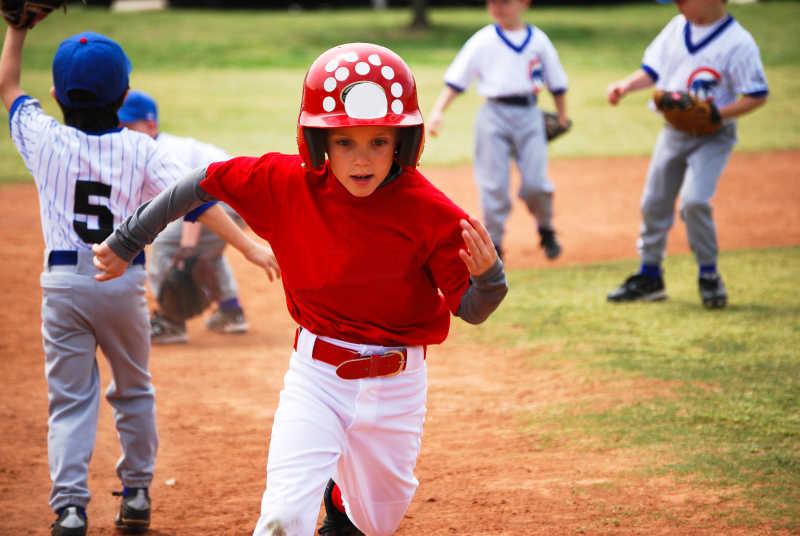 正在奔跑的棒球男孩