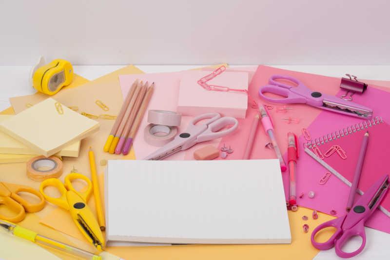 桌上的各种文具用品