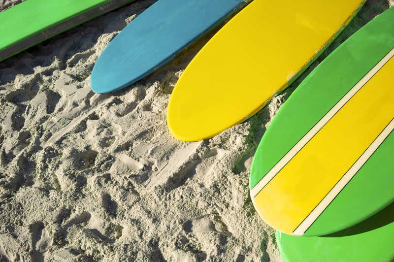 放在沙滩上的5只冲浪板