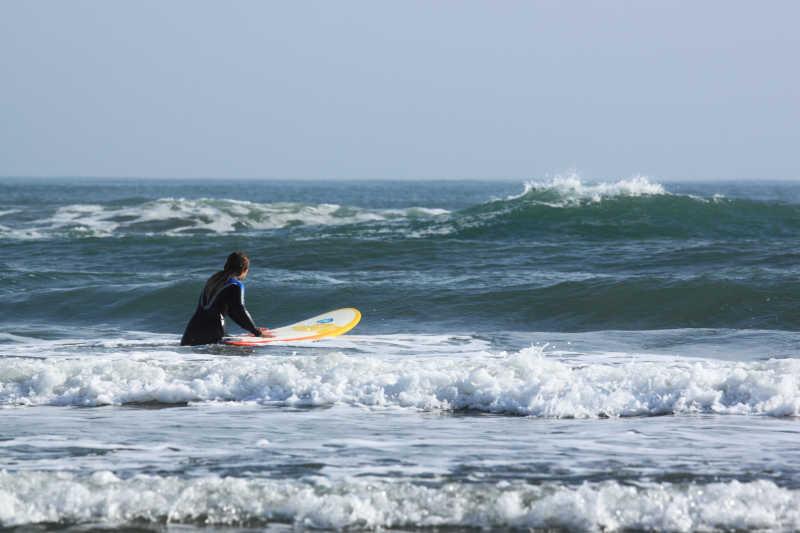 在海里准备冲浪的男人