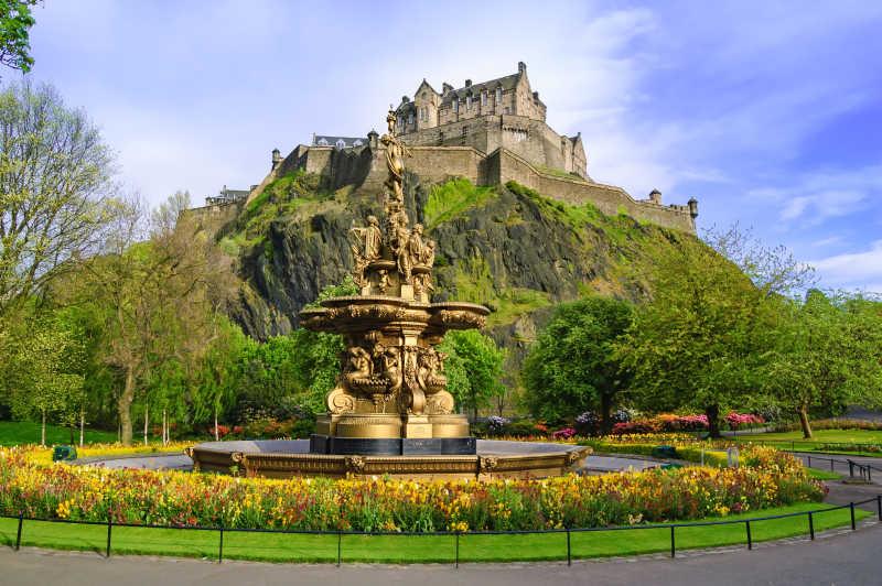 山上矗立的古老城堡和城堡花园景观