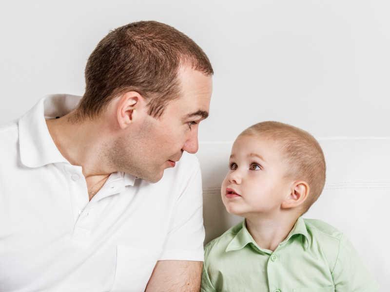 爸爸和儿子互相看着对方