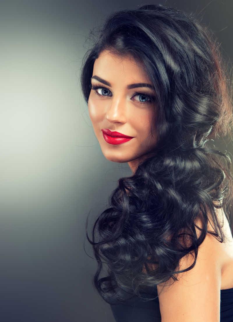 时尚的黑发美女