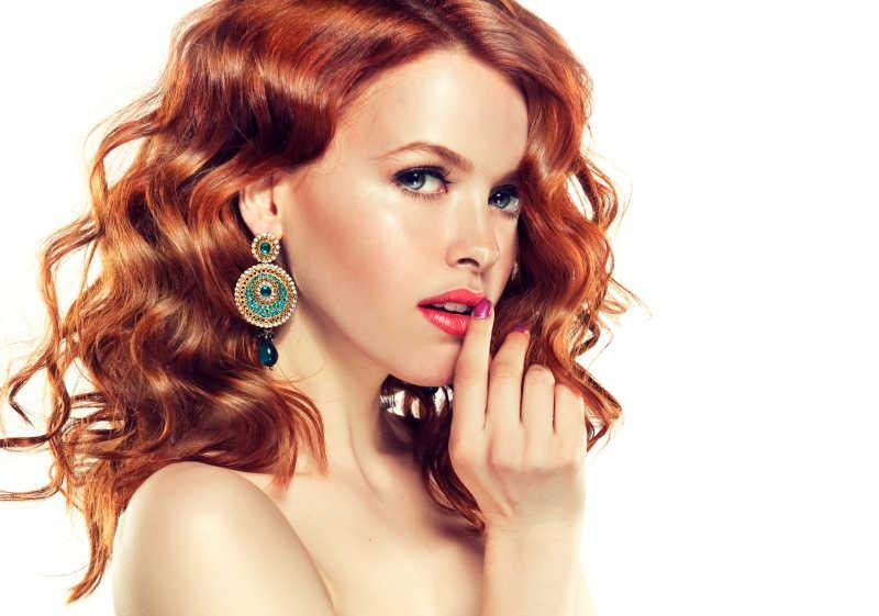 白色背景下摸着红唇的漂亮女人