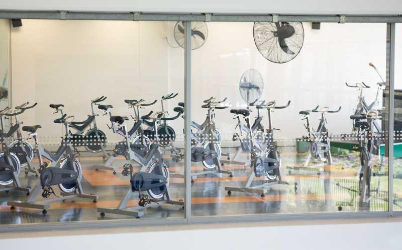 健身房里的动感单车