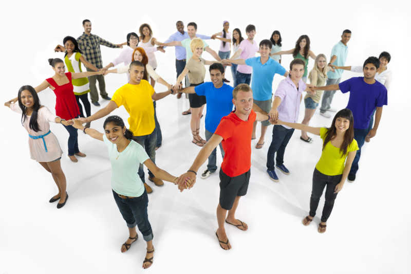 多民族青年手拉手连接在一起