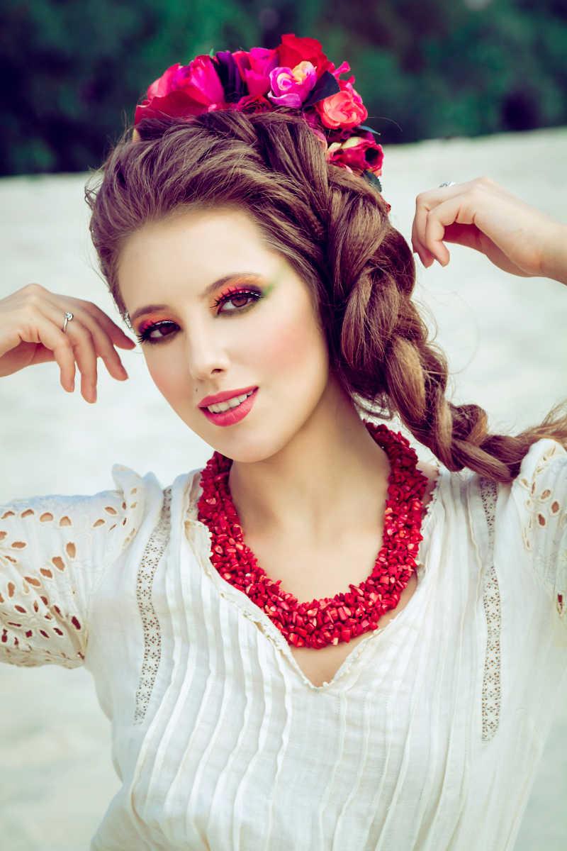 打扮成熟的红唇美女