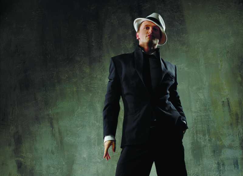 黑色套装和白色帽子的男人