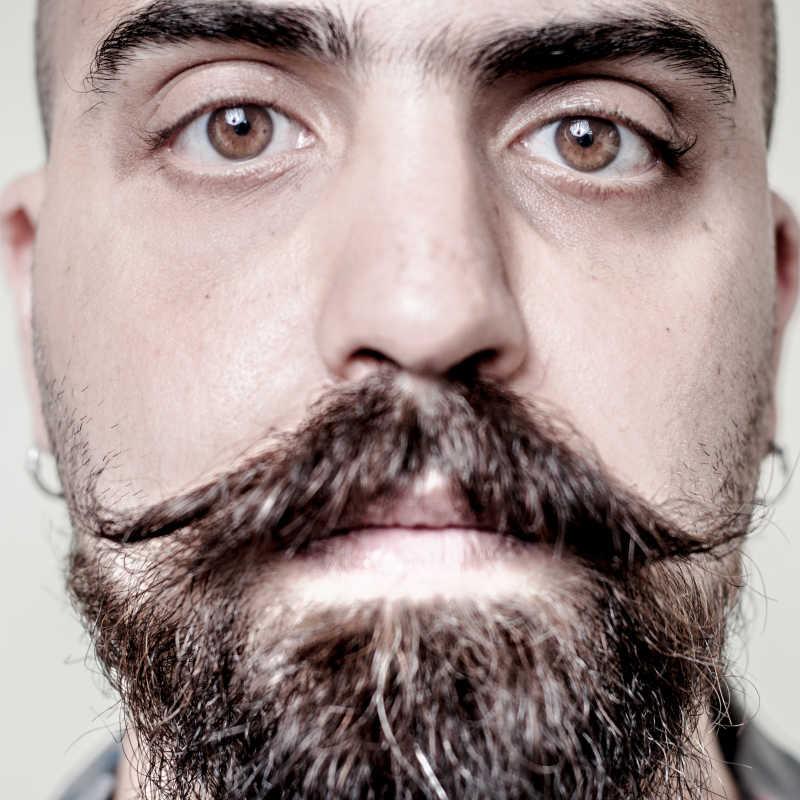 长胡子的时髦男人