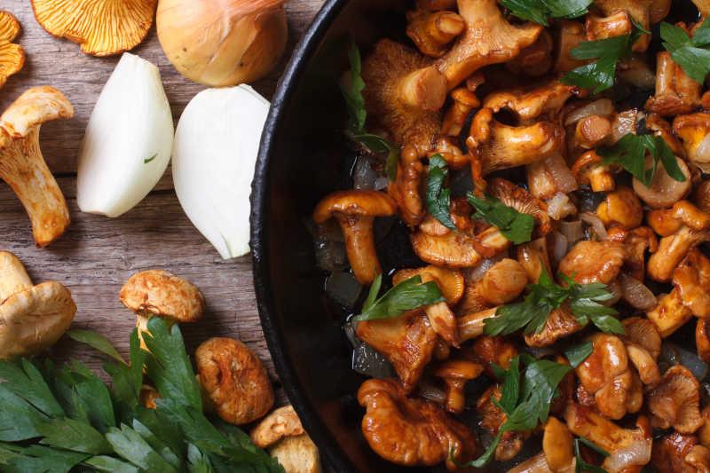 煎锅上的鸡油菌蘑菇