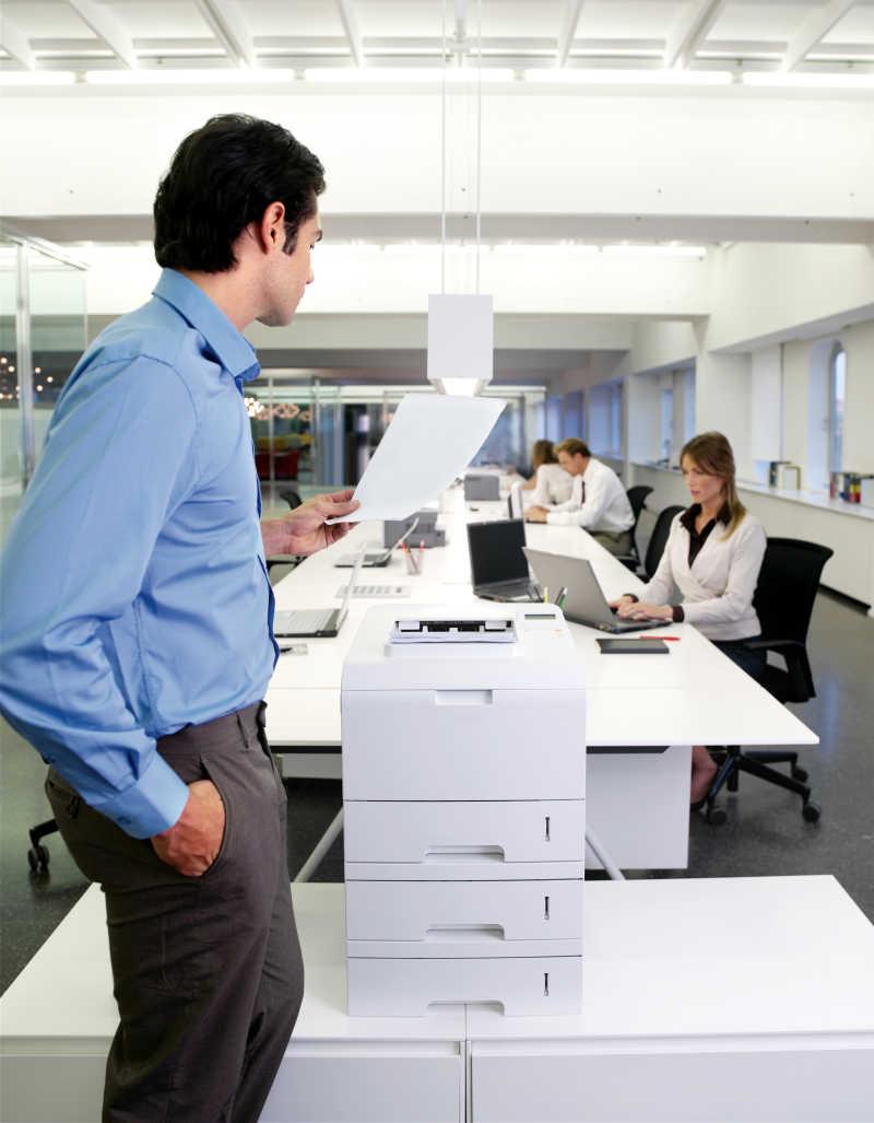 使用复印机的年轻员工