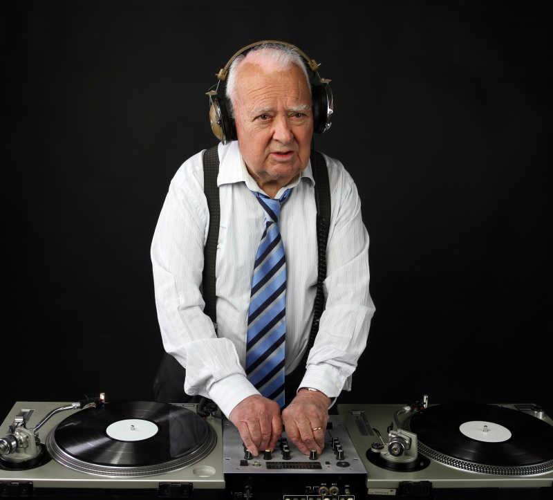 扮演DJ的老年男性