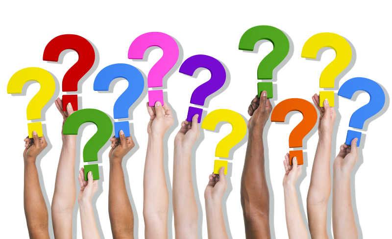 不同肤色的手臂举着的彩色问号