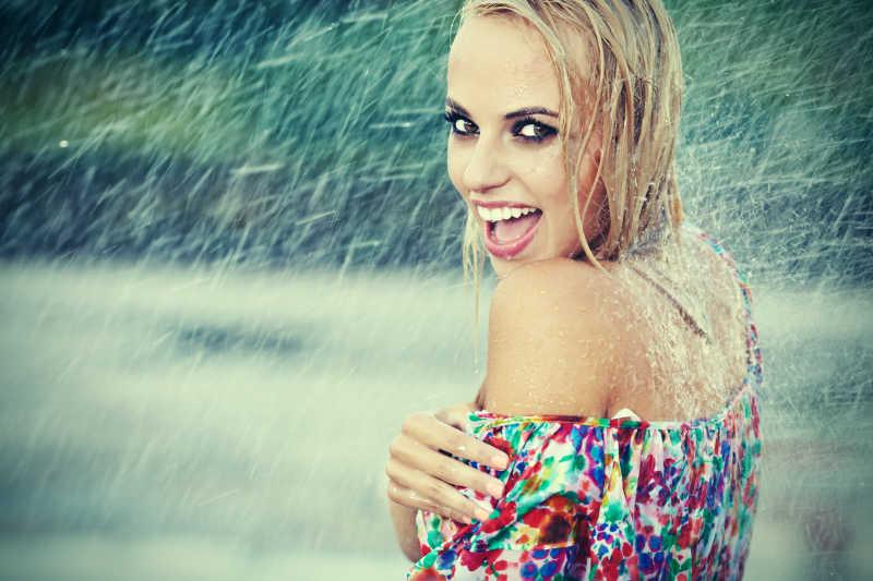 在雨中淋雨的金发女郎