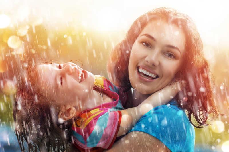 雨水背景中开心的母女