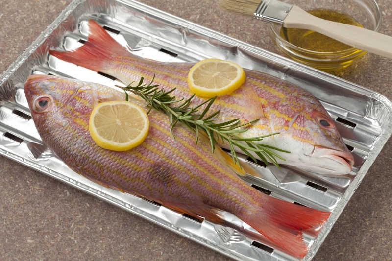 烤盘里的两条生鱼
