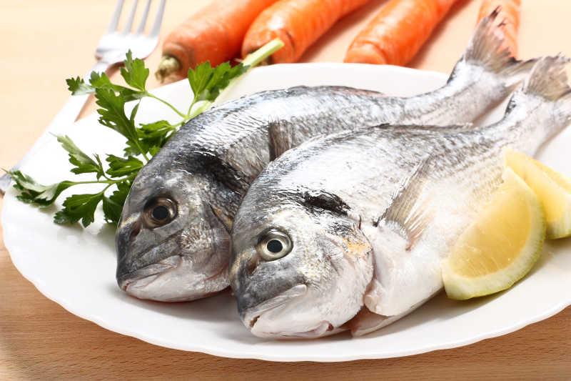 白色盘子里的生鱼
