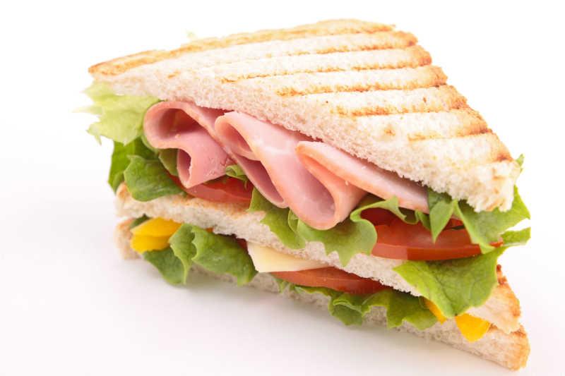 白色背景上的三明治特写