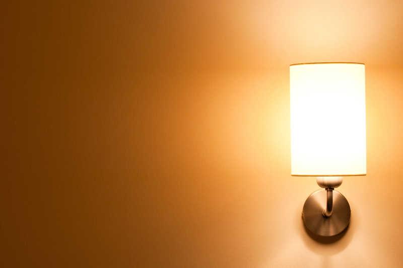 黄色墙壁上的壁灯