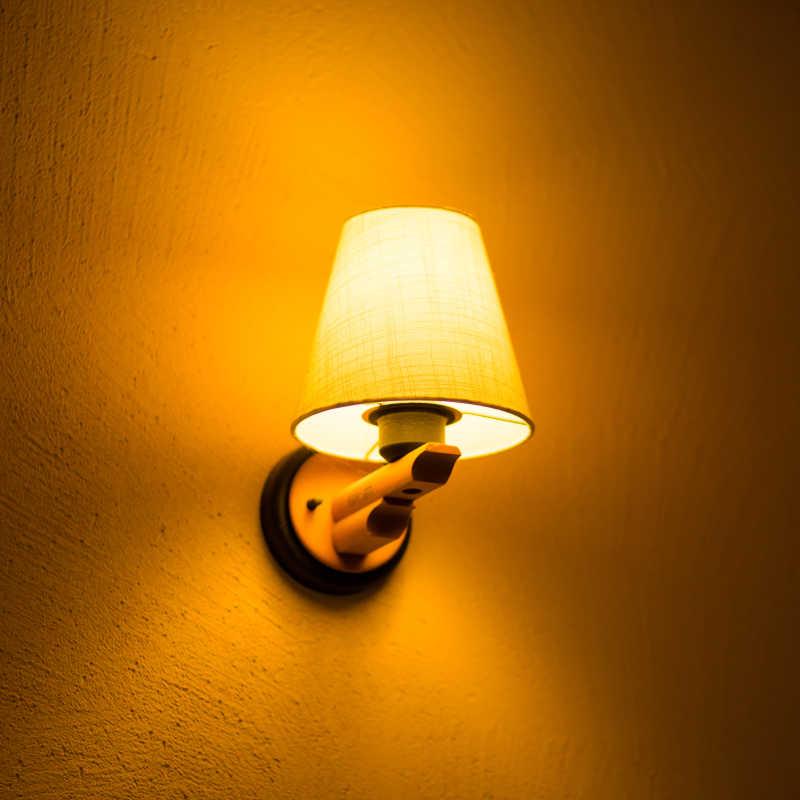 墙壁上散发光芒的经典壁灯