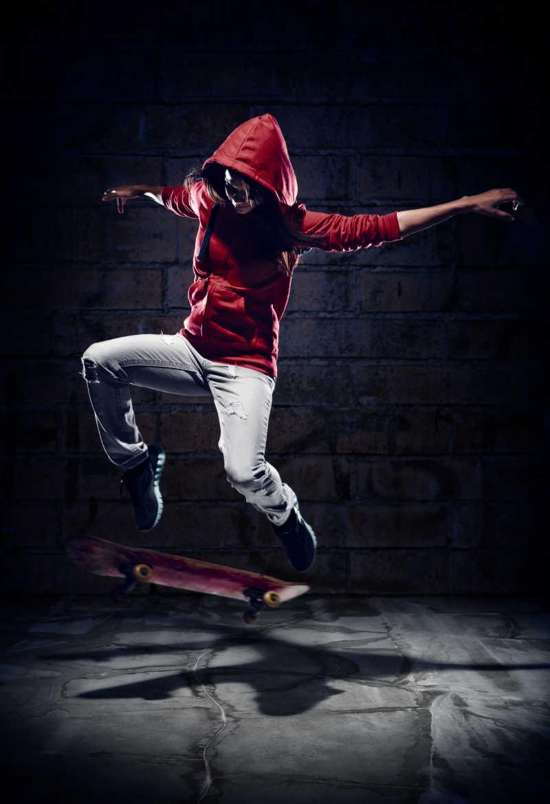 在黑暗环境中玩滑板的人