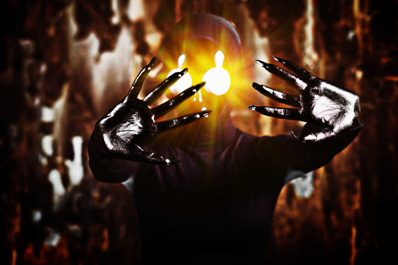 眼睛会发光的外星人张开双手