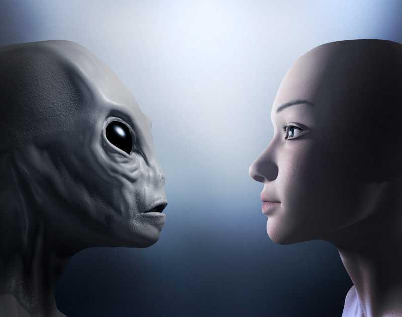 灰色背景前的外星人和人类对视