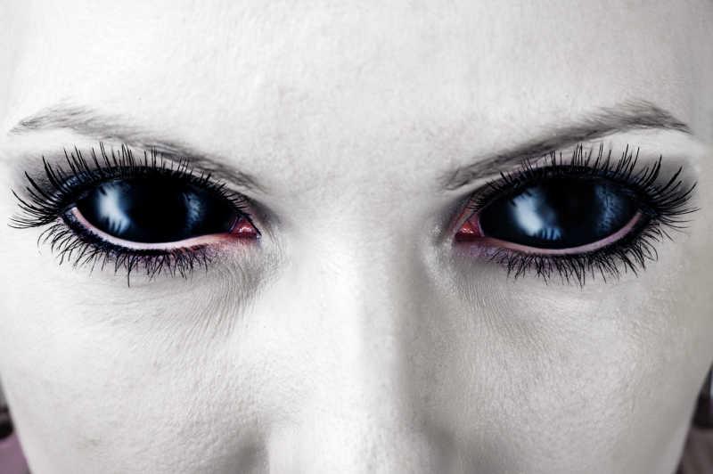 女人恐怖的妆容和邪恶的眼睛