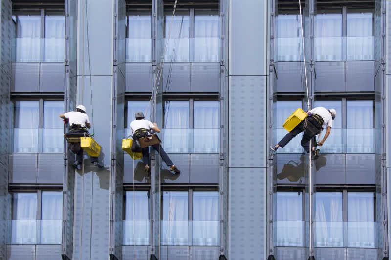 清洁摩天大楼窗户的清洁工