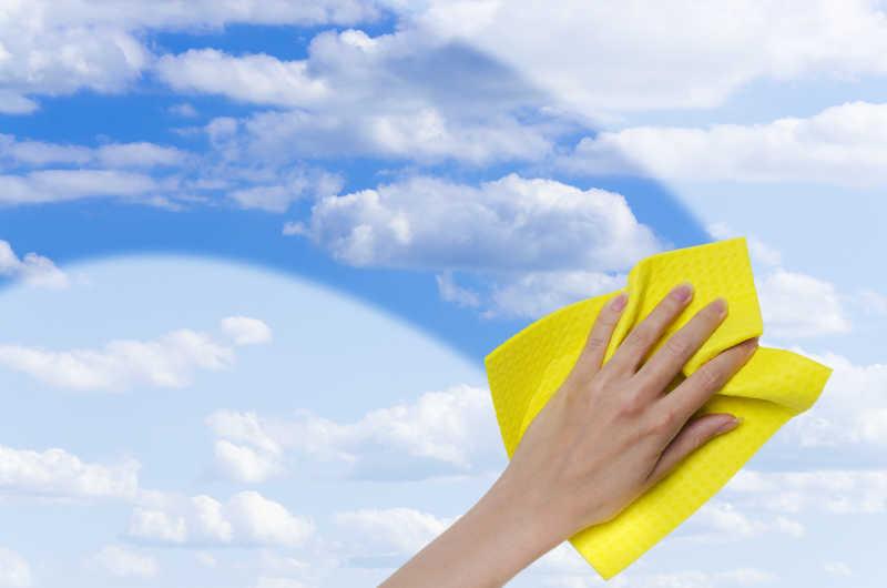 窗户清洁干净能清楚看的蔚蓝的天空