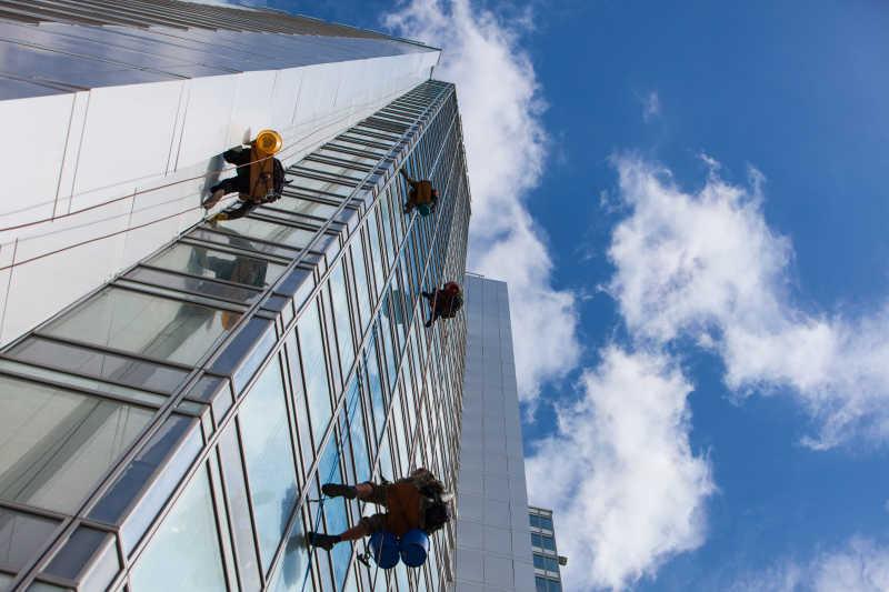 清洁工在清洗室外的摩天大楼玻璃