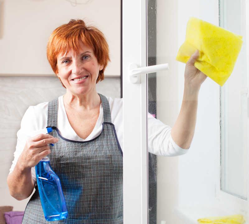 清洁窗户的女人