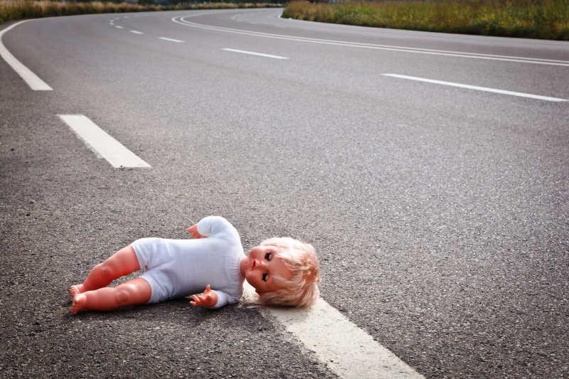 被丢在路上的玩偶