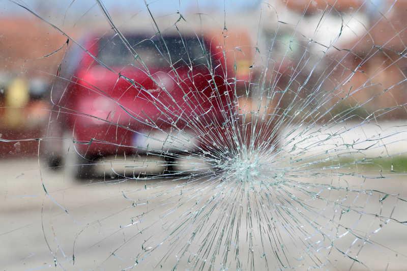 玻璃被撞裂了