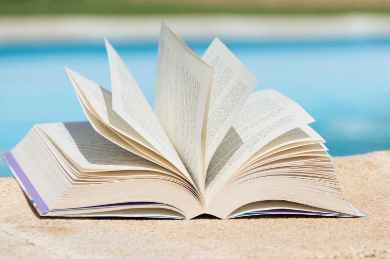 游泳池边的书